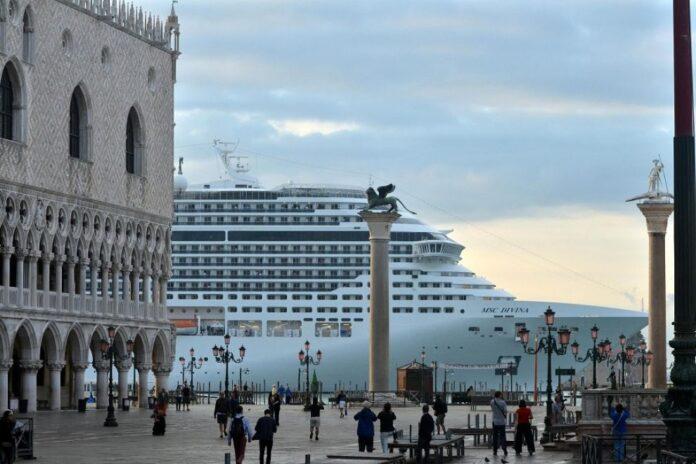 Una grande nave a Venezia (foto di archivio)
