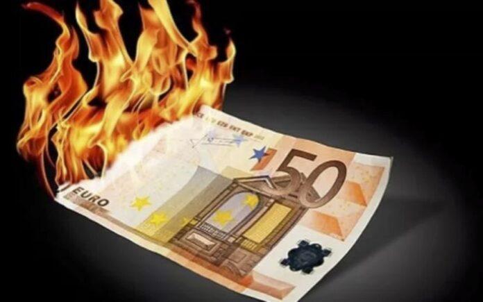 soldi bruciati (immagine di archivio)