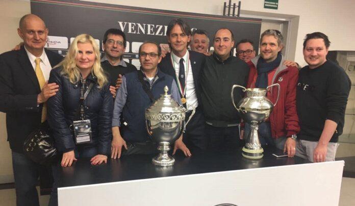 Luca Miani (a sinistra) in una foto di gruppo in sala stampa al Penzo