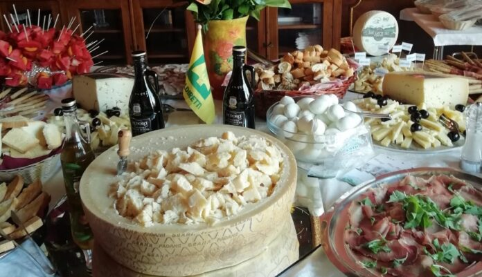 tavola imbandita con eccellenze italiane
