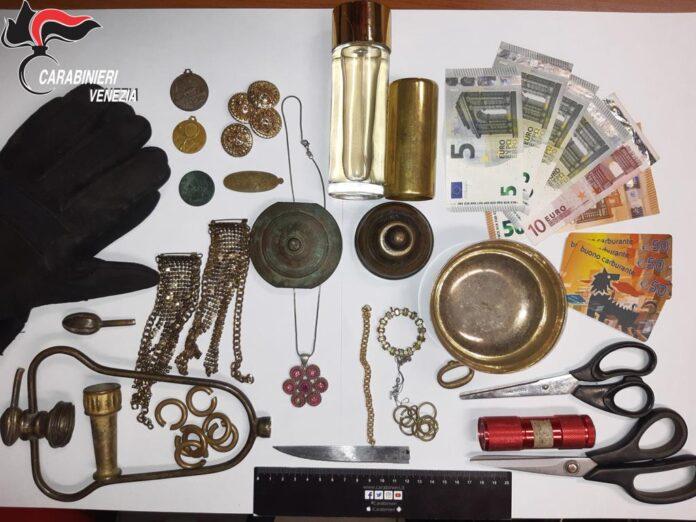 Gli oggetti posti sotto sequestro