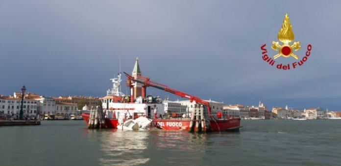 Le operazioni di recupero del barchino