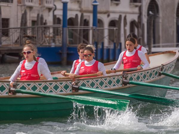 Women Rowing Palio 8153