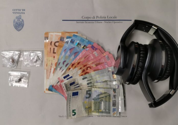 La droga, il denaro e le cuffie sequestrate