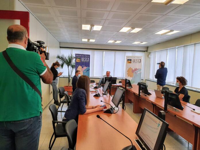 Giuseppe Dal Ben illustra i dati durante la conferenza stampa