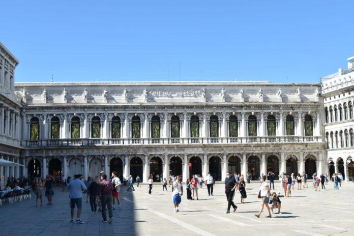 L'installazione di Plessi in Piazza San Marco