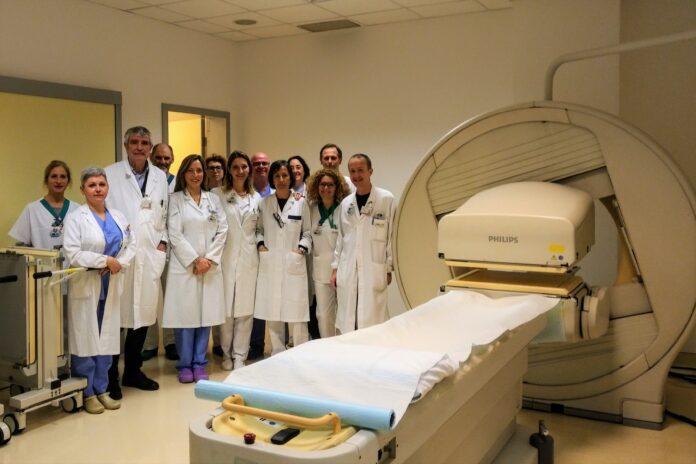 Il dottor Sicolo con alcuni collaboratori della Medicina Nucleare