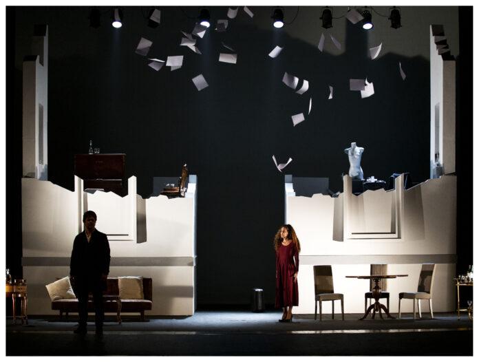 Ettore Bassi e Simona Cavallari in una scena di
