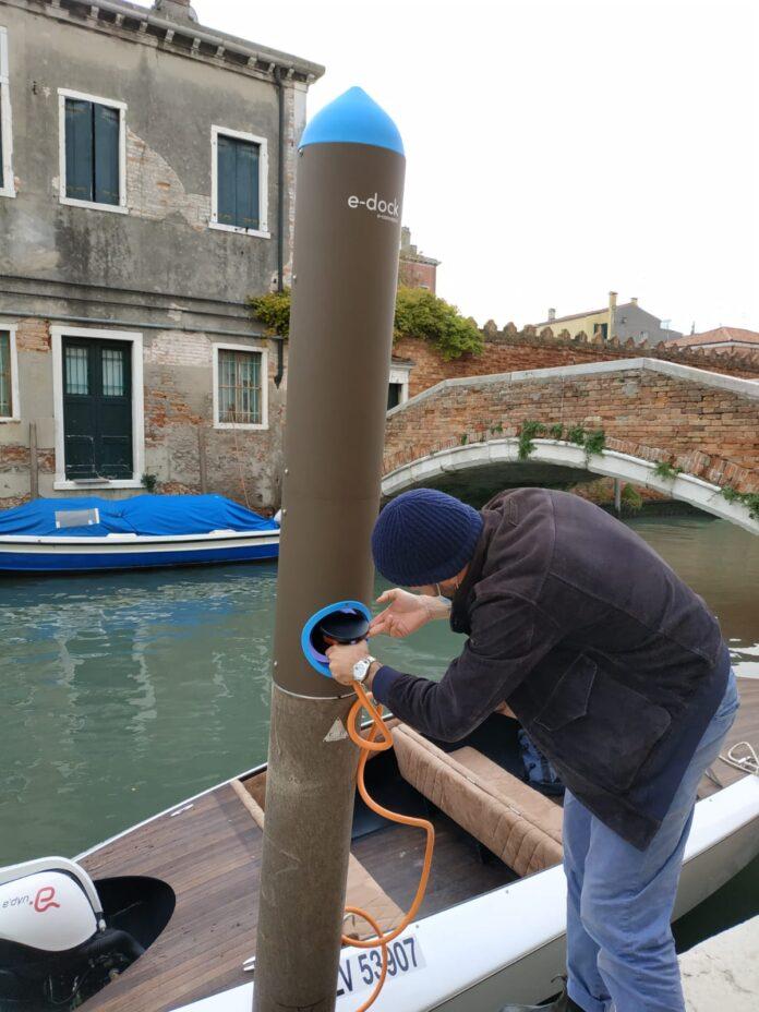La ricarica elettrica di un'imbarcazione