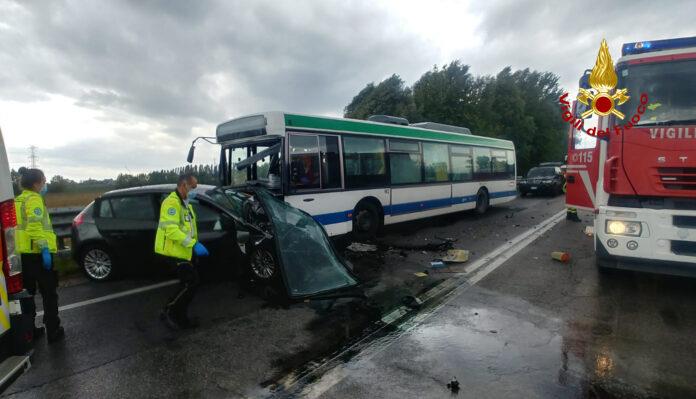 I mezzi incidentati dopo lo scontro frontale a Marano di Mira