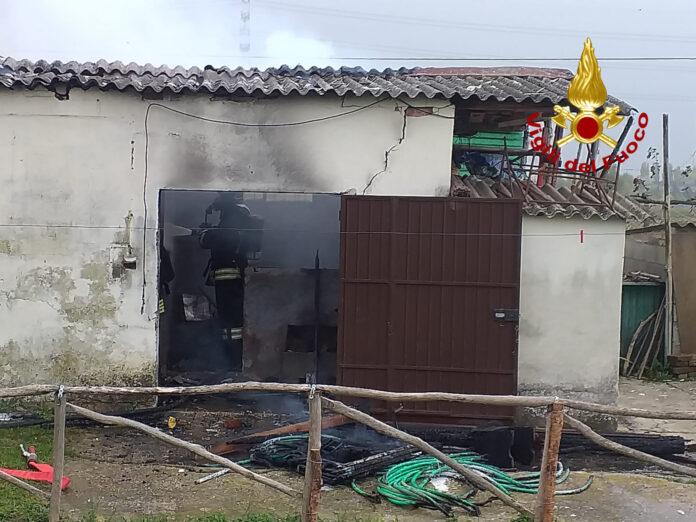 I Vigili del Fuoco mentre domano l'incendio