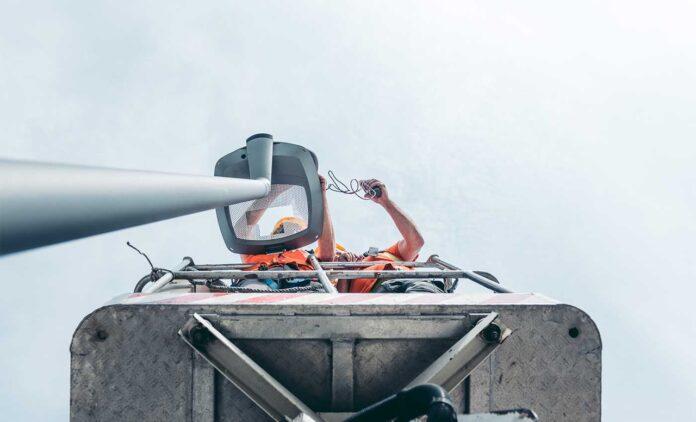 Tecnici al lavoro a Jesolo per gli impianti di illuminazione