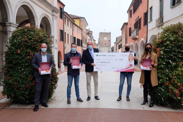 La Presidente Damiano e l'Assessore Venturini consegnano l'assegno da 1.200 euro
