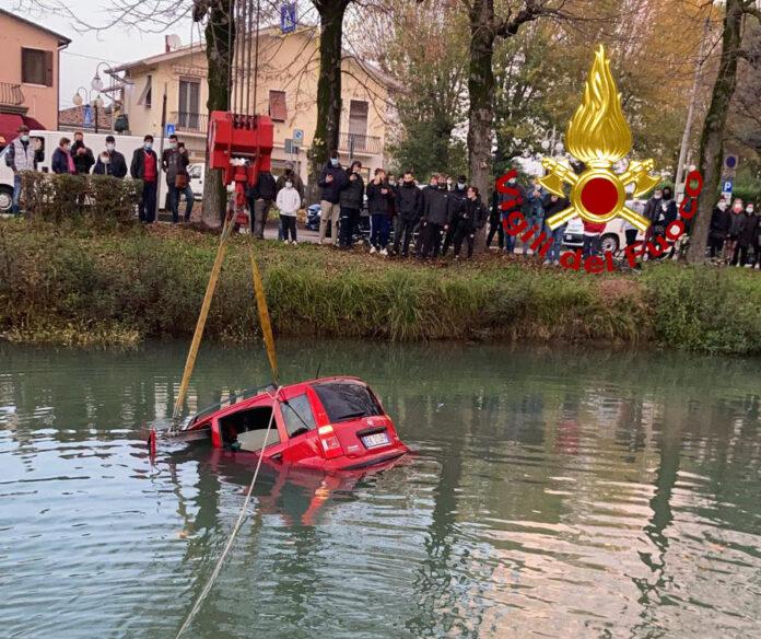 Il recupero dell'autovettura finita nel Brenta