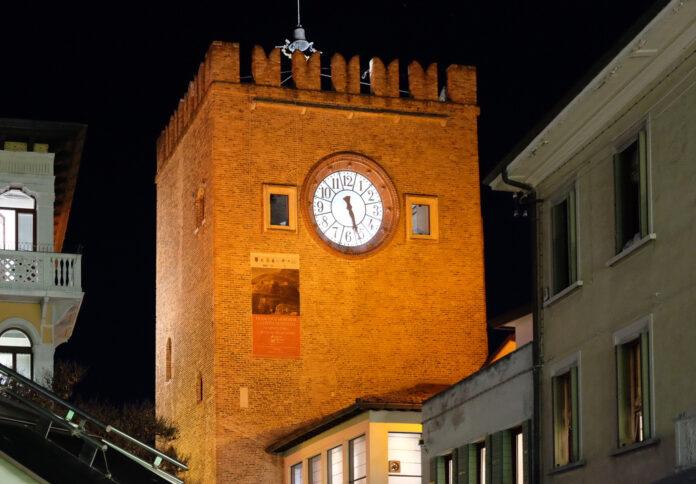 La Torre Civica di Mestre illuminata di arancione