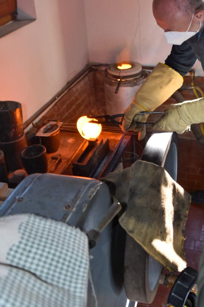 Un battiloro al lavoro