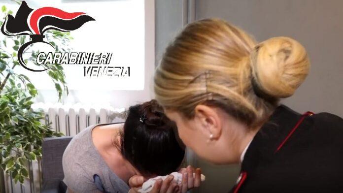 I Carabinieri assistono una donna vittima di vessazioni
