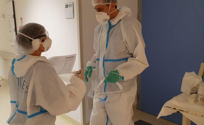 Uno pneumologo e un internista scambiano informazioni su un paziente all'esterno della sua stanza di degenza all'Ospedale dell'Angelo di Mestre