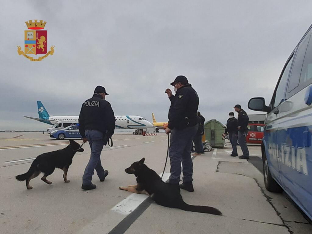 La Polizia di Frontiera in Azione all'Aeroporto Marco Polo