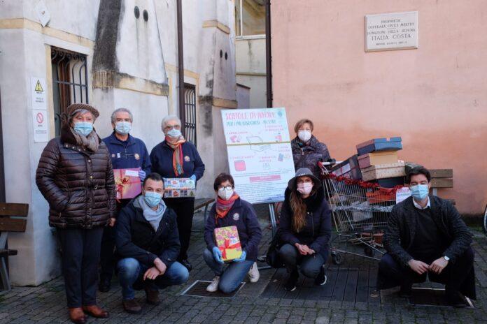 Ermelinda Damiano, Simone Venturini e Filippo Dabalà in visita al punto raccolta dei doni in via Brenta Vecchia a Mestre