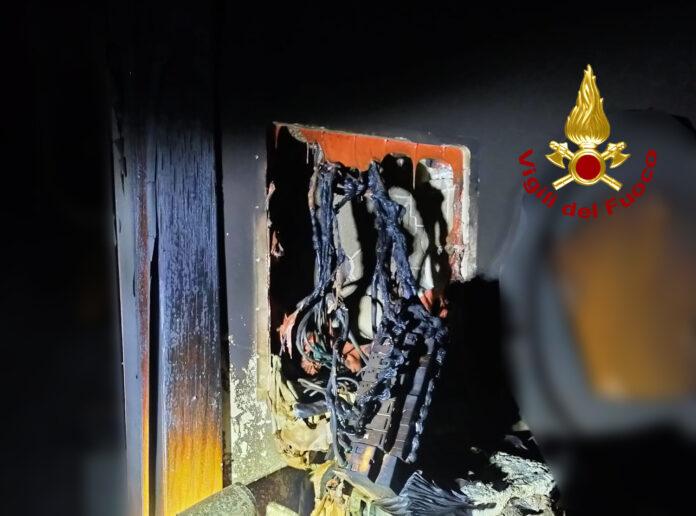I danni dell'incendio alla bifamiliare ad Eraclea