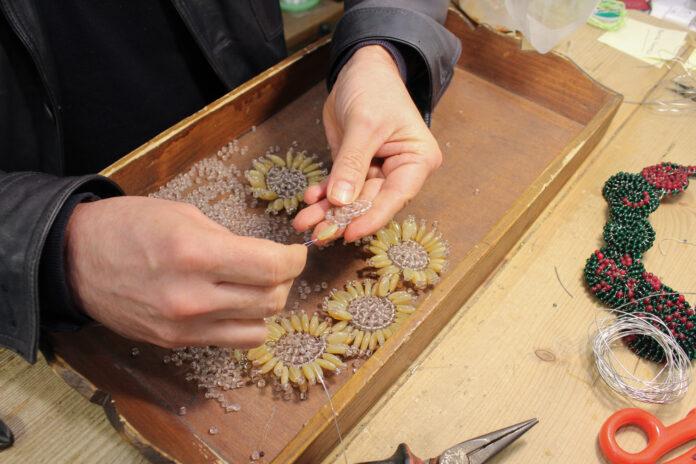 Una creazione di perle di vetro - Foto C. Cottica