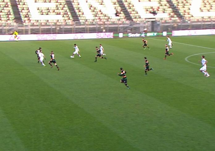 La posizione irregolare di Tutino in occasione del secondo goal