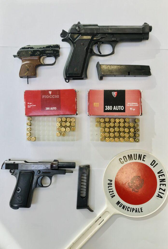 Le pistole e i proiettili sequestrati