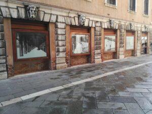 Le vetrine con le opere d'arte in Piazza San Marco