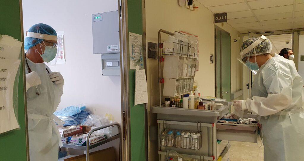 Un dottore e un'infermiera preparano la terapia per un paziente
