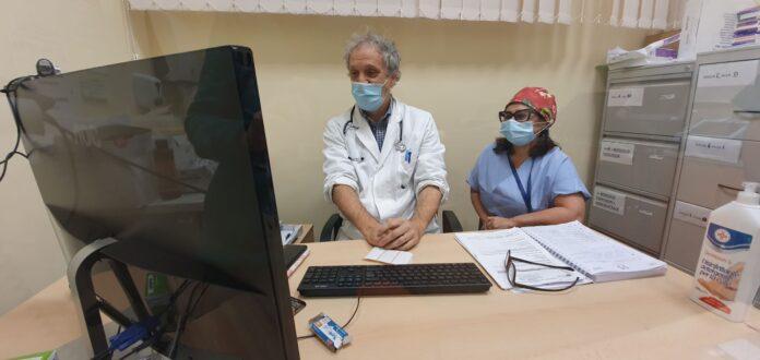 Il primario di Cardiologia di Chioggia Roberto Valle con l'infermiera dedicata all'attività di telecardiologia Gina Valentino, nel corso di una televisita cardiologica