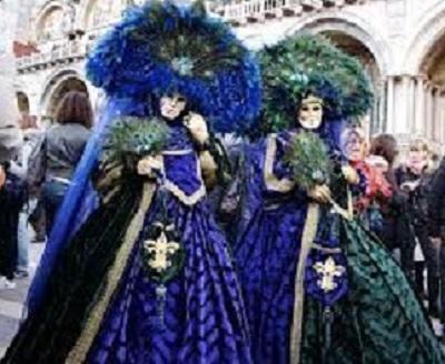 Due maschere al Carnevale di Venezia (foto d'archivio)