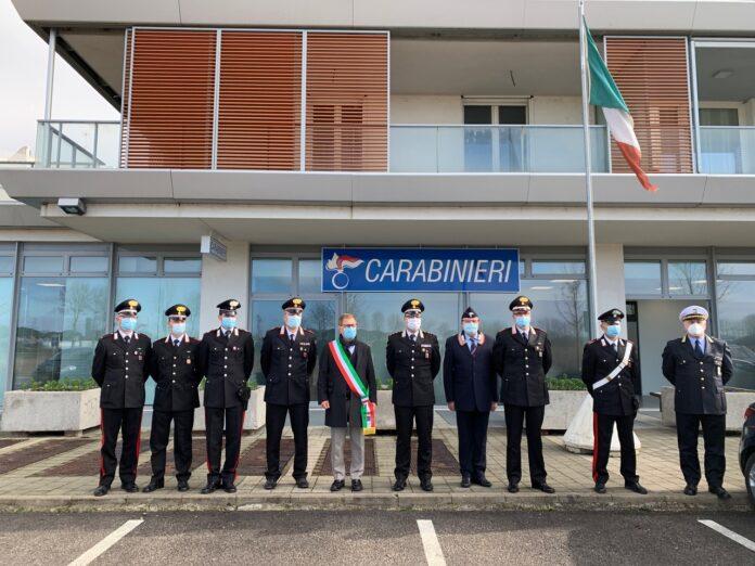 Il Sindaco di Jesolo Valerio Zoggia e e i Carabinieri di fronte alla sede provvisoria dell'Arma