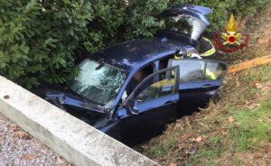 I Vigili del Fuoco soccorrono il conducente dell'auto finita nel canale