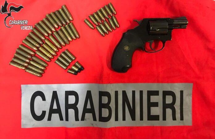 La pistola e le munizioni