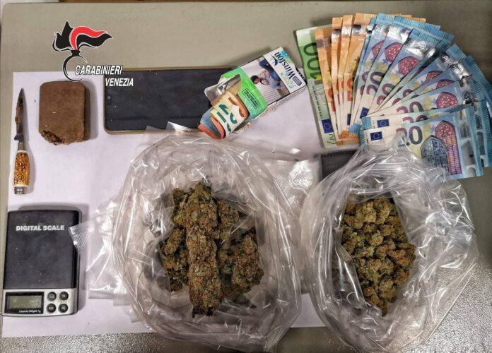 La droga, i contanti e il materiale di confezionamento sequestrati dai Carabinieri
