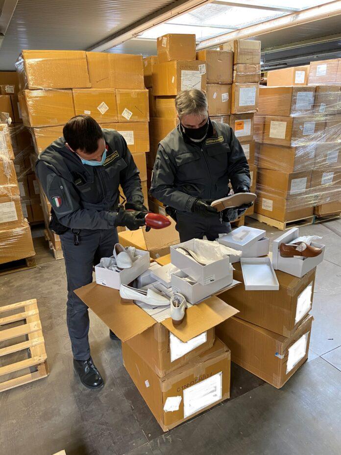 La Guardia di Finanza durante 'operazione di sequestro delle scarpe