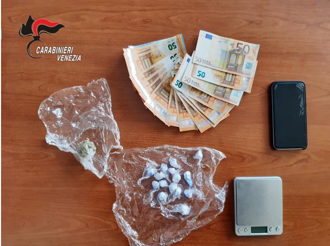 Stupefacente e denaro sequestrati