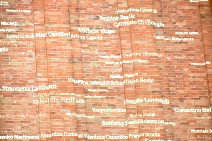 Il campanile di San Marco illuminato con i nomi delle Vittime delle Mafie
