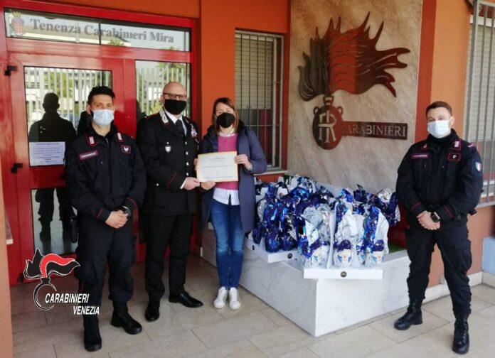 I Carabinieri di Mira consegnano le uova di Pasqua ai con i volontari dell'hospice oncologico di Padova