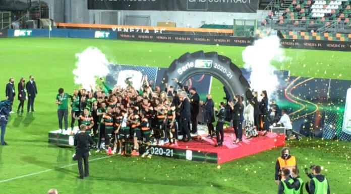 I giocatori e lo staff del Venezia FC festeggiano la promozione in serie A allo stadio Penzo