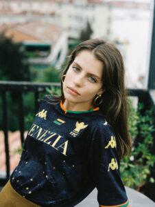 La maglia del Venezia FC indossata da una modella