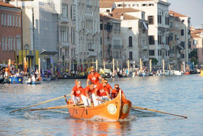 Una regata delle caorline a sei remi (foro di repertorio)