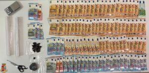 La droga ed i contanti sequestrati