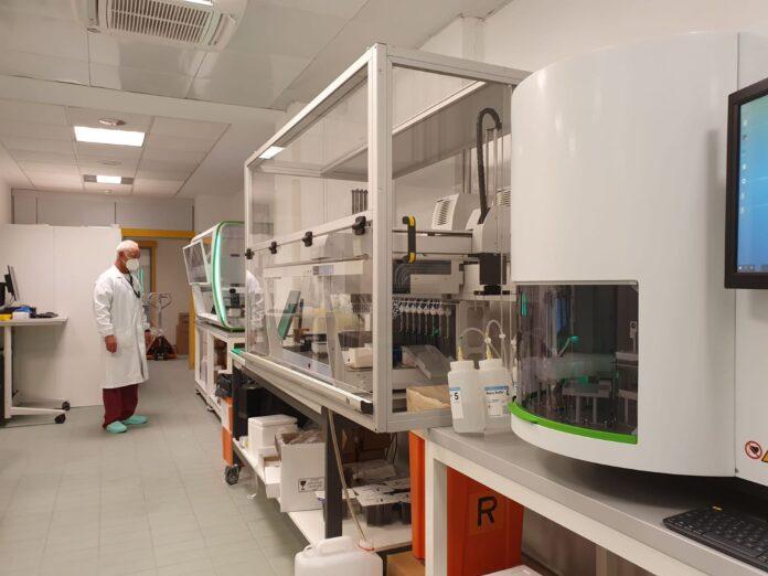 Il dottor Mosè Favarato giuda l'unità dipartimentale di genetica e citogenetica
