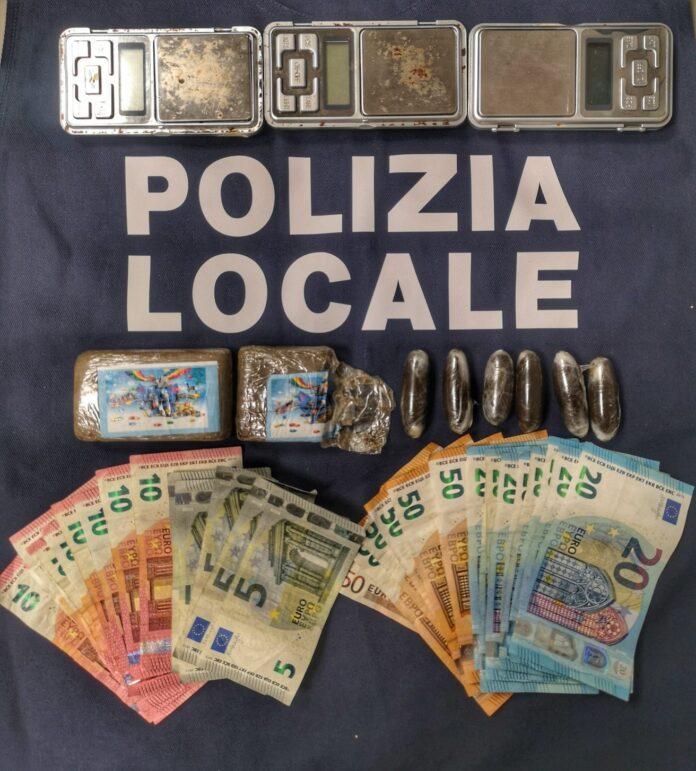 Denaro, droga e bilancini sequestrati