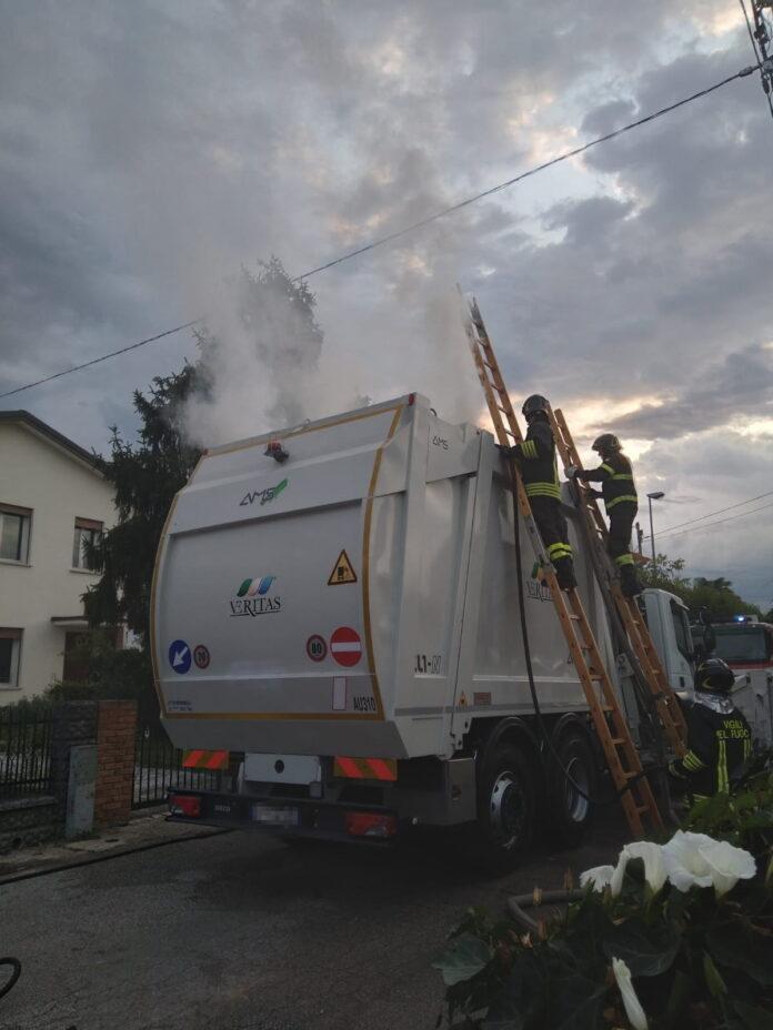 I Vigili del Fuoco intenti a spegnere le fiamme sul mezzo Veritas
