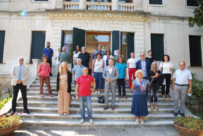 Assemblea della Rete dei Luoghi del Tiepolo: i partecipanti davanti a Villa XXV Aprile