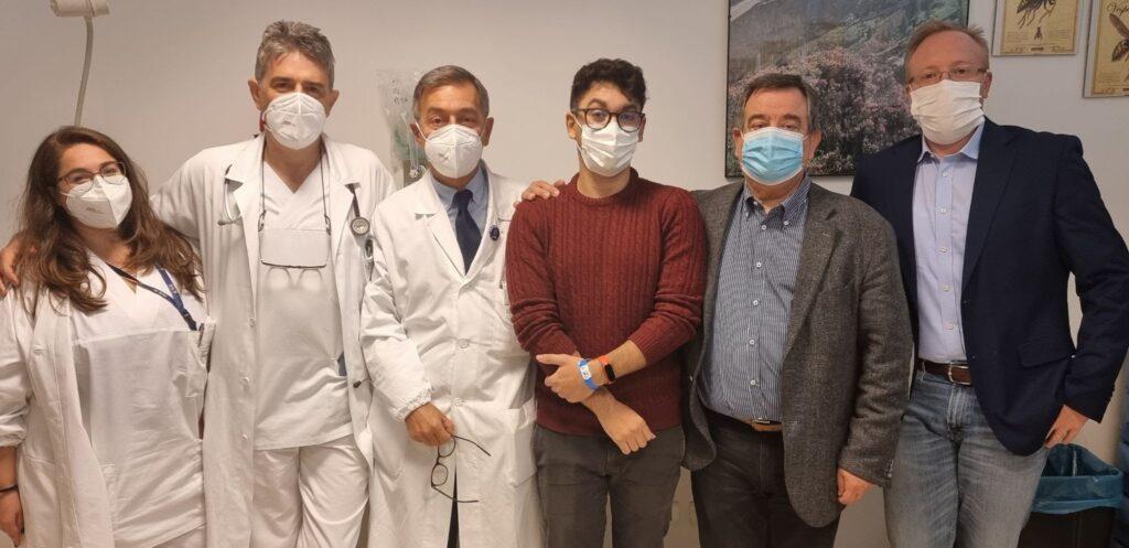 Da sinistra, l'allergologa Francesca Rizzo, l'allergologo Andrea Zancanaro, il primario di Medicina interna dell'Angelo Fabio Presotto, il primo vaccinato allergico Imad Rouita, il dg dell'Ulss 3 Edgardo Contato, il direttore sanitario dell'Ulss 3 Giovanni Carretta